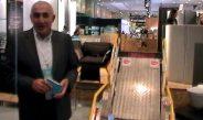 Yürüme engellileri merdivene çıkaran harika icat makine